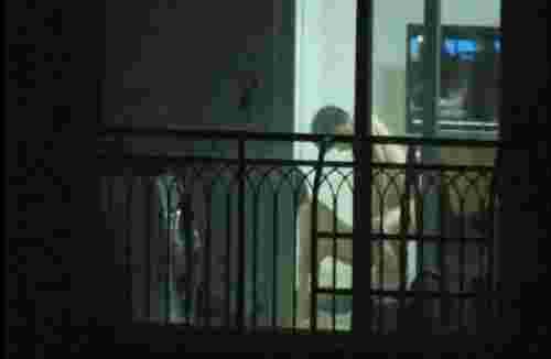 情侣客厅做爱忘拉窗帘, 遭对面邻居偷拍全过程