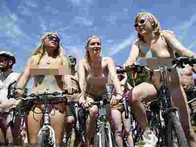 金发美女裸骑游行呼吁环保(套图)