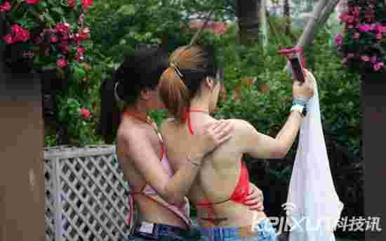 杭州数千美女学生穿肚兜办毕业典礼 秀美背纤腰