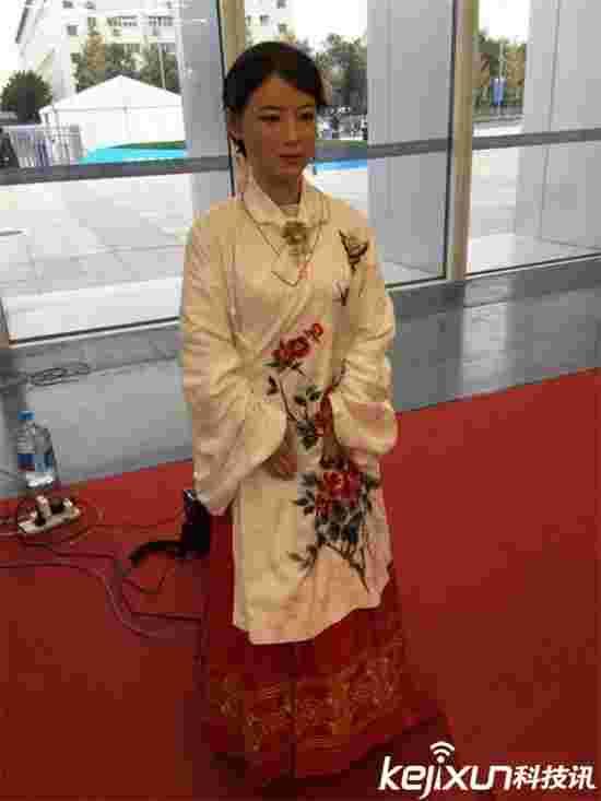 中国美女机器人亮相  深受宅男欢迎