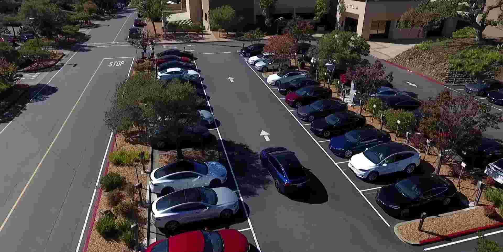 特斯拉发布Model X在美无人驾驶路试视频