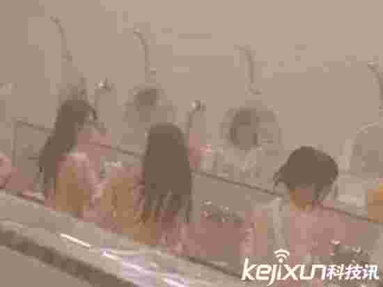 女孩浴池视频男友 同浴室女孩春光乍泄