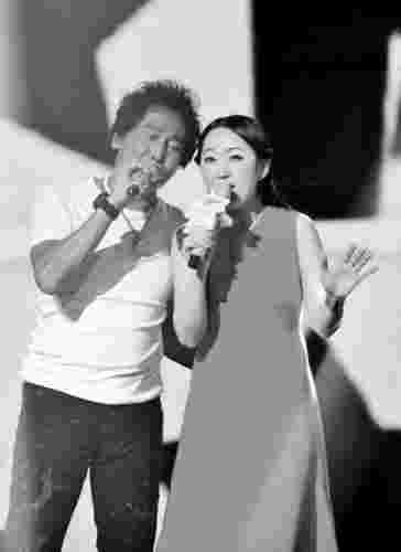 杨钰莹自评主持首秀:笑得有点傻