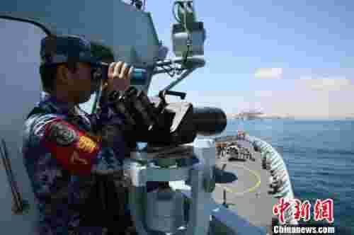 中国海军第25批护航编队靠泊阿曼萨拉拉港补给休整