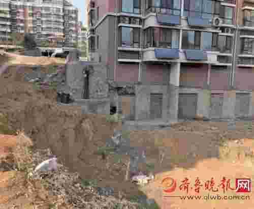 济南一居民楼边挖大坑 露出架空层开发商迟迟不回填