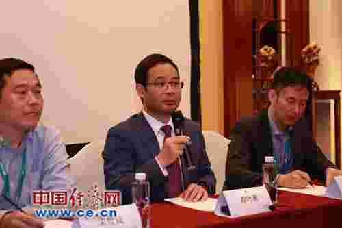 华为Cloud BU总裁郑叶来(中)。