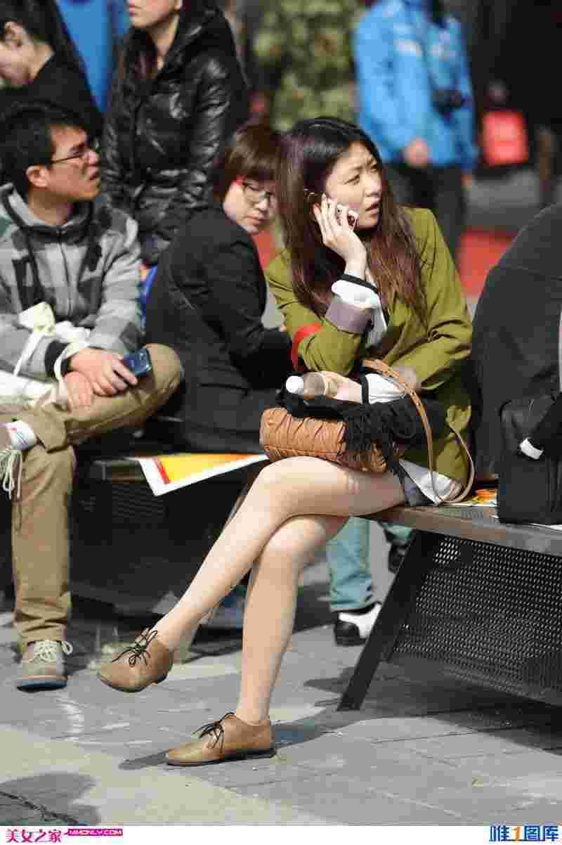 街拍椅子上的丝袜美眉