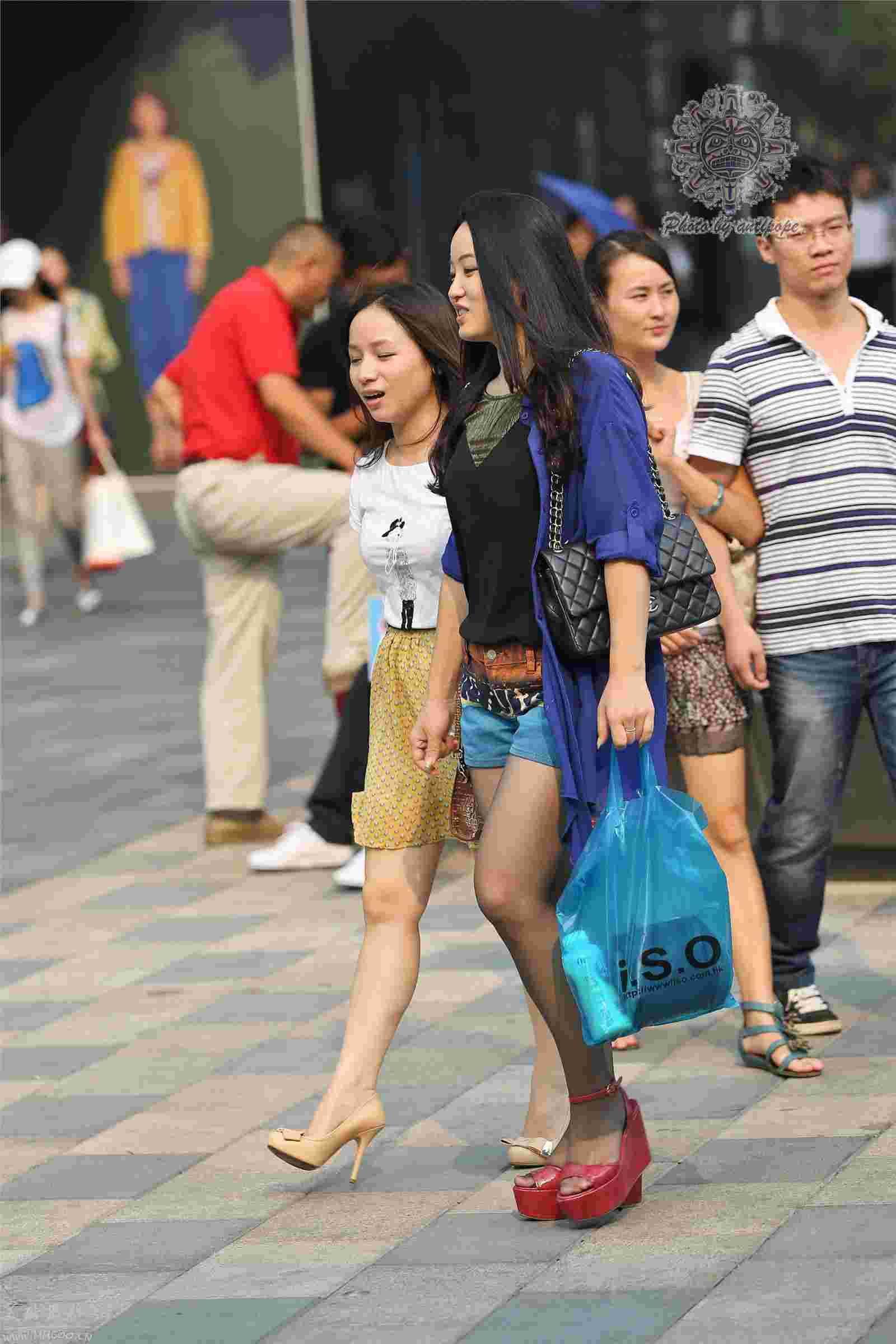 长发美女闺蜜街拍秀迷人大长腿