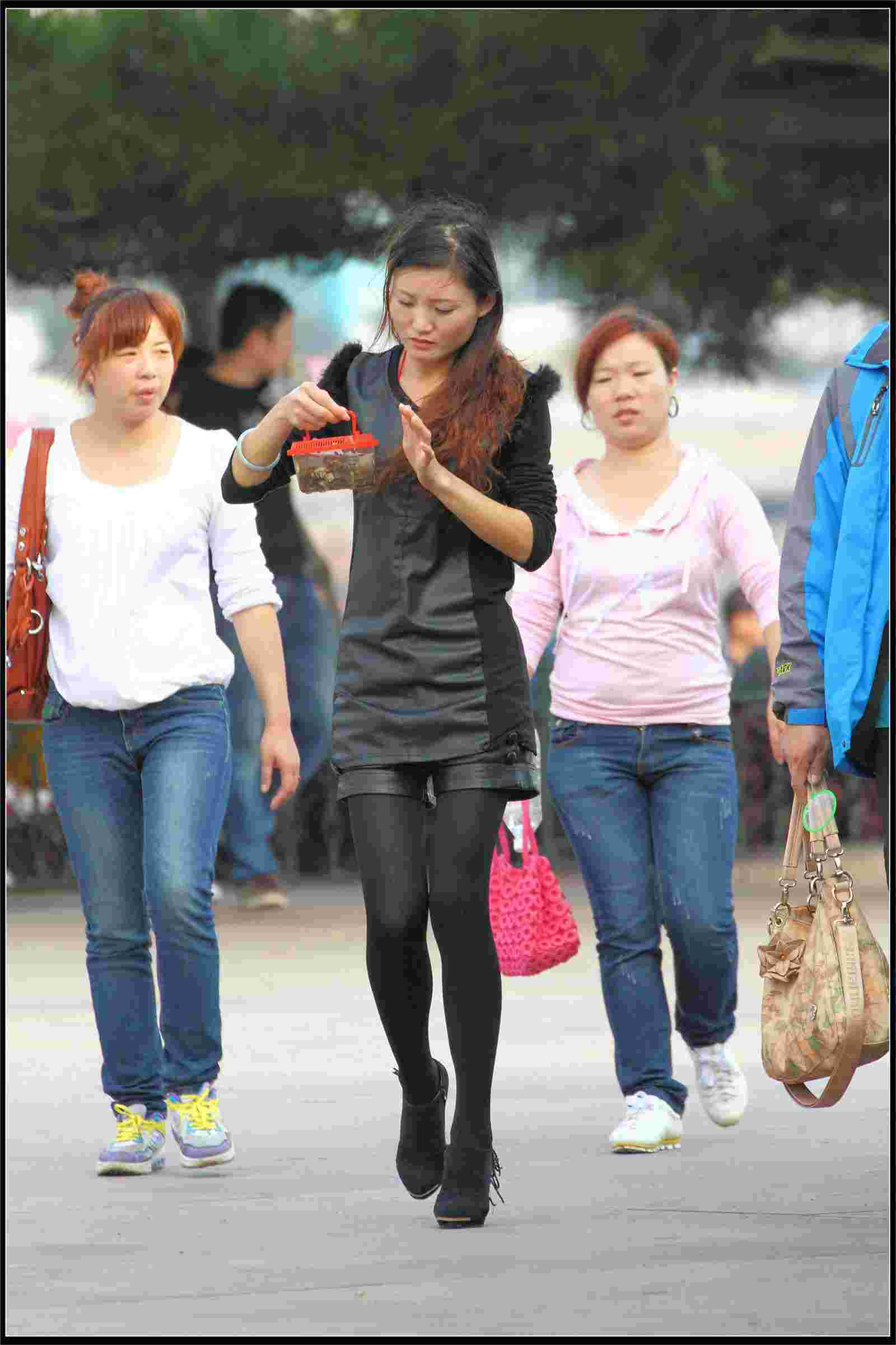 街拍夏日短发热裤美女玩手机