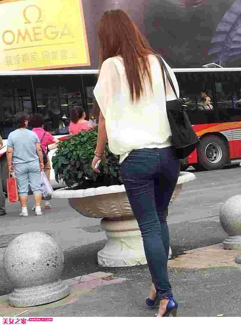 街拍黑牛仔裤美女背影图片