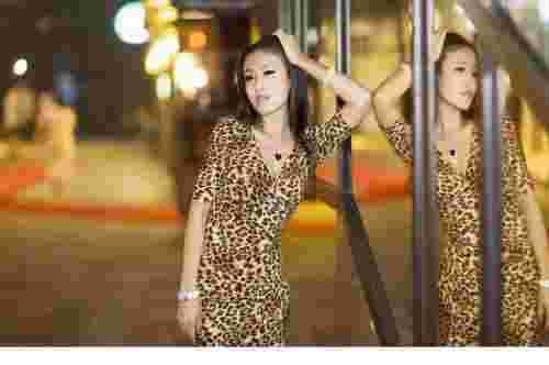 性感豹纹裙女郎街拍大图