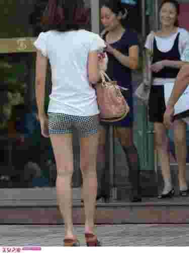 街拍短发长腿美女高清套图