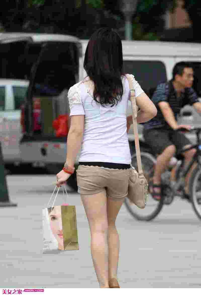 街拍短裤美女逛街图片