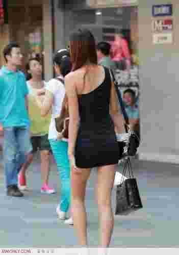 细腰翘臀美女时尚街拍图片