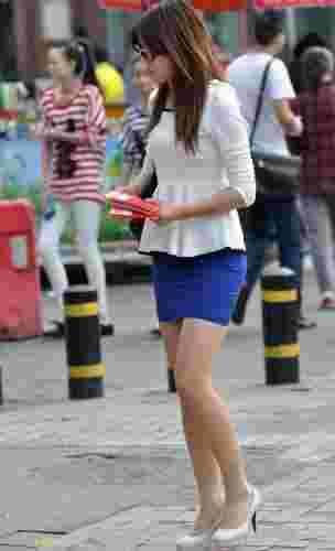 街拍制服美少女秀修长美腿写照