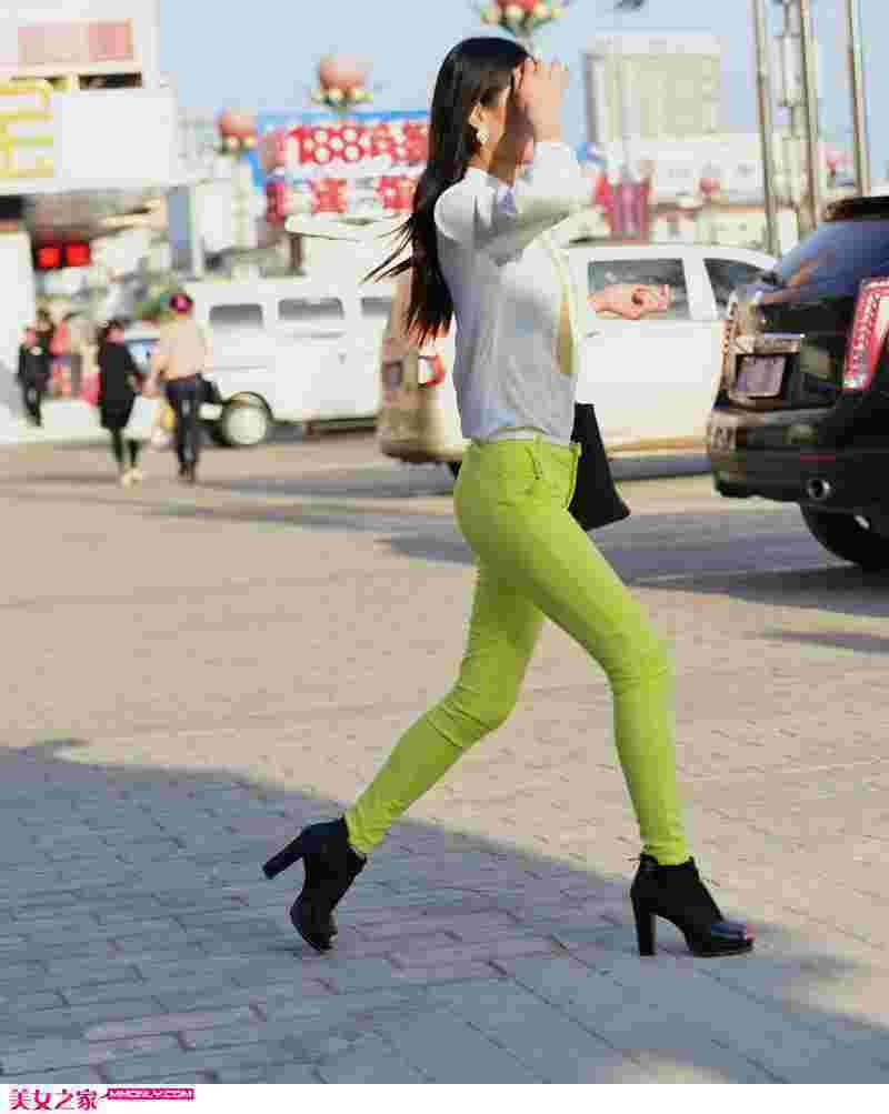 街拍紧身浅绿色牛仔裤美女图片