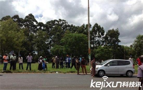 津巴布韦现巨型蟒蛇 吞食小孩子被击毙