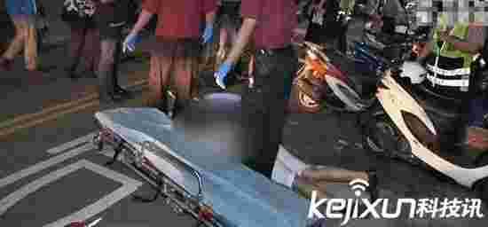 遭砍伤淡定滑手机:砍伤仍能使用手机求救
