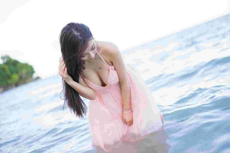 清纯美女海边诱惑摆拍