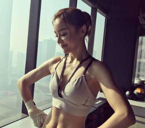 马甲线女王袁姗姗又晒马甲线 看起来很硬!