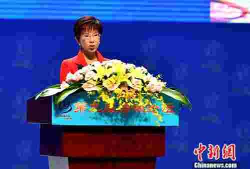 """""""千年暗室,一灯即明"""",6月18日上午,在第九届海峡论坛大会上的致辞中,中国国民党主席洪秀柱援引这句佛经来诠释两岸民间交流给她带来的希望。 中新社记者 王东明 摄"""