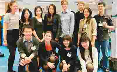图为李中文(后排左三)及其团队。(来源:《英中时报》)