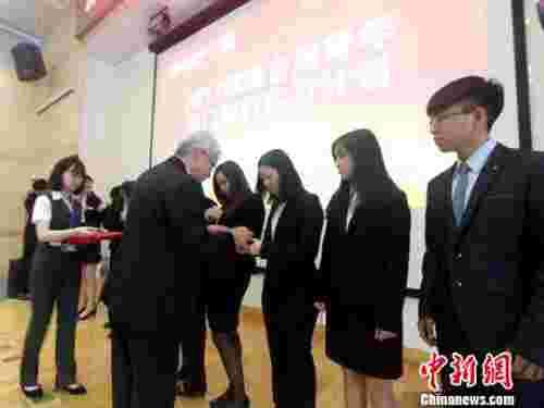 厦门银行行长洪主民为台湾青年学生授予实习牌 杨伏山 摄