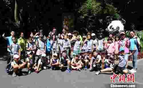 7月6日,前来参加第三届海峡两岸青少年文化体育夏令营活动的马祖青少年代表团一行来到海峡(福州)熊猫世界参观。 记者刘可耕 摄