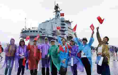 港媒称辽宁舰激起港人爱国热情:香港与内地无法分开