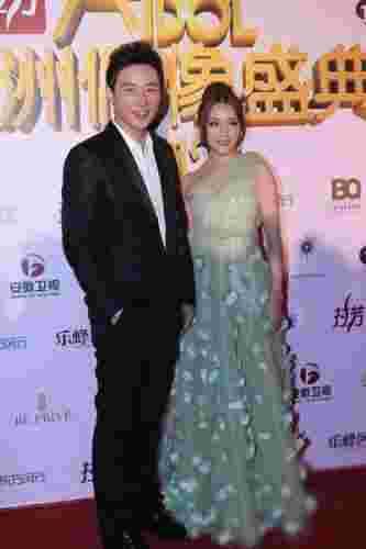 众明星盛装出席亚洲偶像盛典 李小璐低胸大肚最抢镜