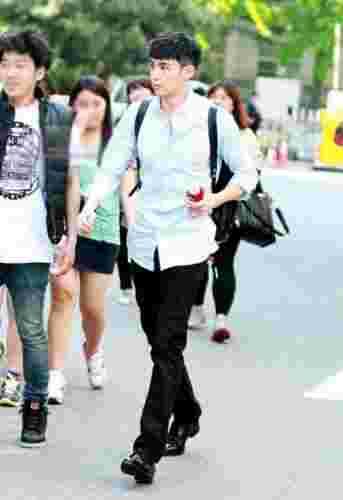2PM尼坤工作状态街拍 修长美腿引领时尚