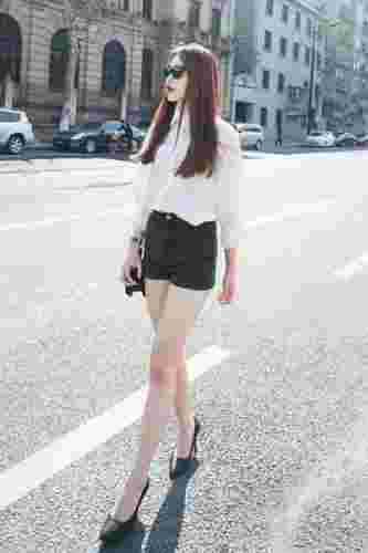 小资女怎么穿白衬衫时尚 配短裤Or短裙清爽