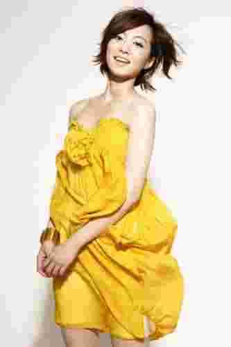 央视主持人李蜜清新示范夏季雪纺连衣裙搭配