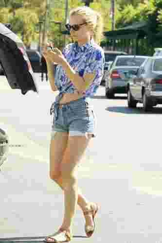 欧美女明星夏季街拍图片 火辣牛仔短裤显瘦搭配秀翘臀