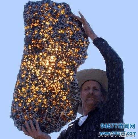 农村男子戈壁上发现发光物体,最后结果却令大家都傻眼了!