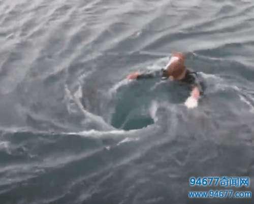 男子海边钓鱼发现UFO形状漩涡, 细看后屏住呼吸发现奇异一幕