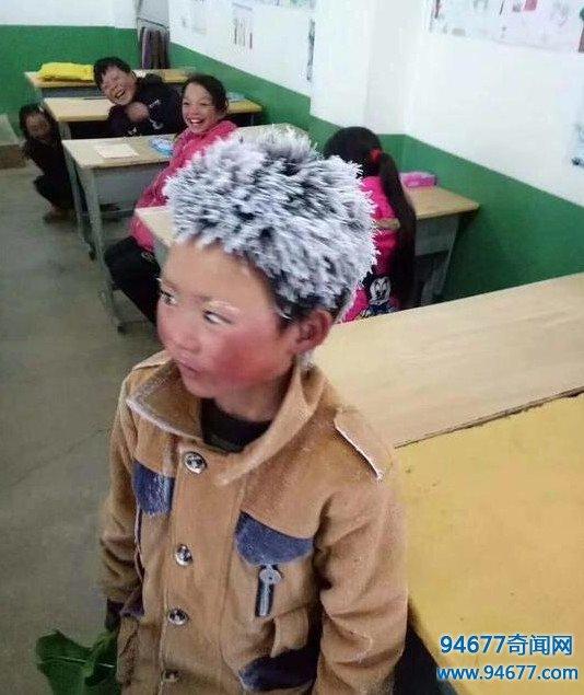 男孩早起徒步5公里上学,头发眉毛冻成冰花,刻苦学习从不迟到