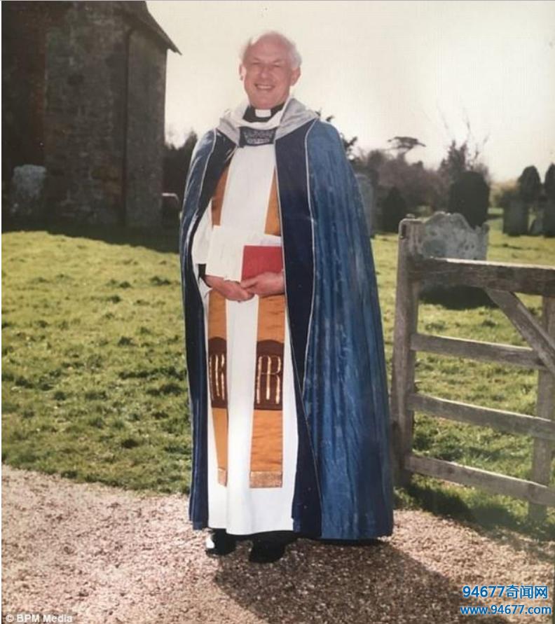79岁牧师迷上24岁小鲜肉,倾全力买房才知渣男本性!