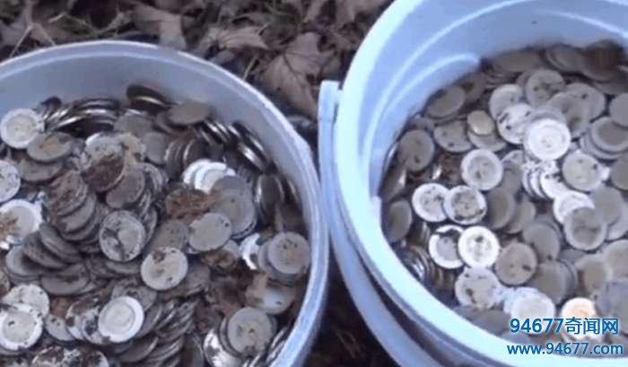 农村人山中采蘑菇发现草地里有硬币, 没想到数量这么多!