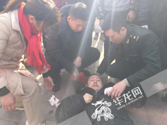 男子突然晕倒路边 路过军医有序施救化险为夷