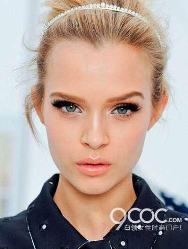 眼妆搭配唇妆修容完美处理
