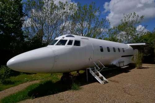私人飞机、颠倒的船、霍比特地洞 盘点国外那些奇特的民宿房源