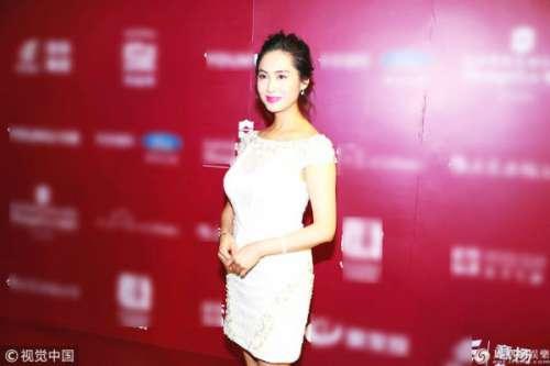 """47岁""""紫霞仙子""""朱茵现身活动 穿蕾丝裙尽显好身材"""