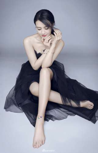高圆圆时尚写真清新灵动 甜笑妩媚长腿吸睛