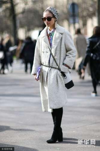 长靴叠穿大衣 混搭护住老寒腿打造摩登范儿