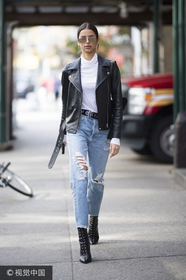 模特Bruna Lirio街拍:机车夹克破洞毛边牛仔裤 粗跟尖头短靴酷范儿街头风