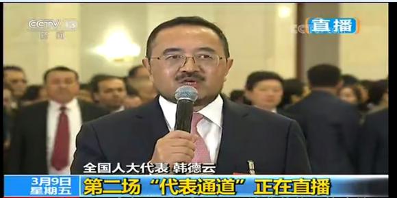 """重庆团首位代表亮相""""代表通道"""" 谈司法改革表心愿"""