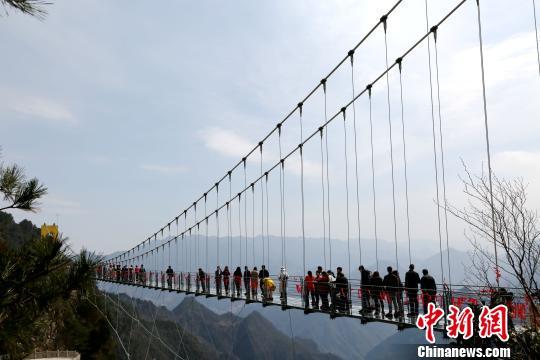 四川万源国内海拔最高玻璃桥正式开放
