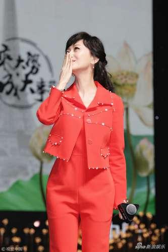 赵雅芝一身橘红显美艳 气质优雅甜笑朝观众献飞吻