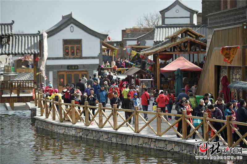峰峰矿区:清明假期游客如织
